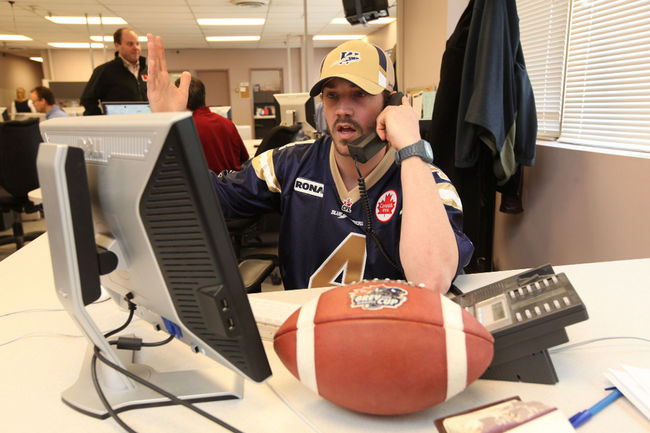 Buck's desk, how may I call your play? Second and long? FIVE YARD PASS!